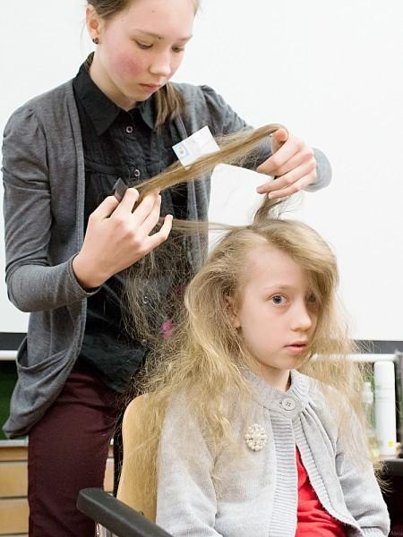 Татьяна, ученица 6 класса, заплетает всем желающим красивые косы. Она собрала за время ярмарки 1410 рублей