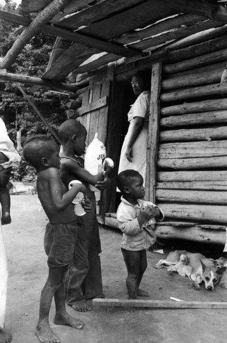 Мод приносит еды детям.
