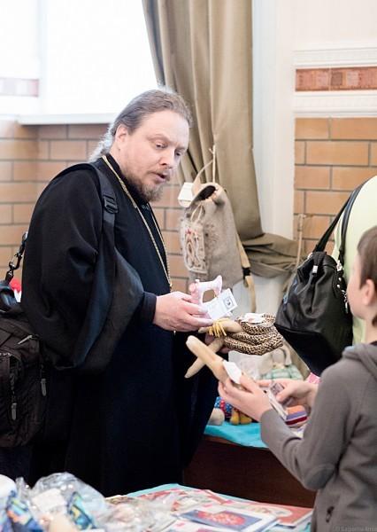 О. Феодор на ярмарке со своими детьми – тоже покупает поделки
