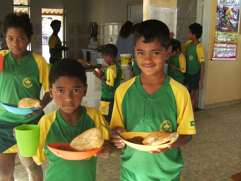 Бразильские школьники в столовой