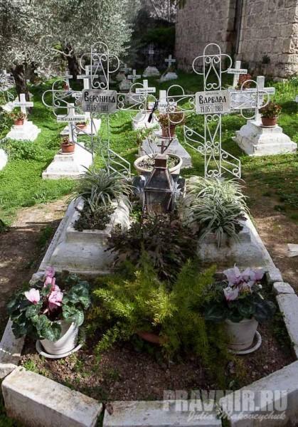 Могилы монахинь Варвары и Вероники — матери и дочери, мученически погибших 19 мая 1983 года. Были жестоко убиты душевно больным религиозным фанатиком, приехавшим в Израиль из США. Преступление было раскрыто по горячим следам, убийца был помещен в психиатрическую клинику и позже выслан из страны. После трагедии монастырь обнесли оградой