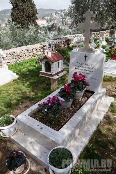 Могила духовника обители игумена Феофана (Краснов). Отец Феофан скончался от пневмонии 25 марта 2008 года
