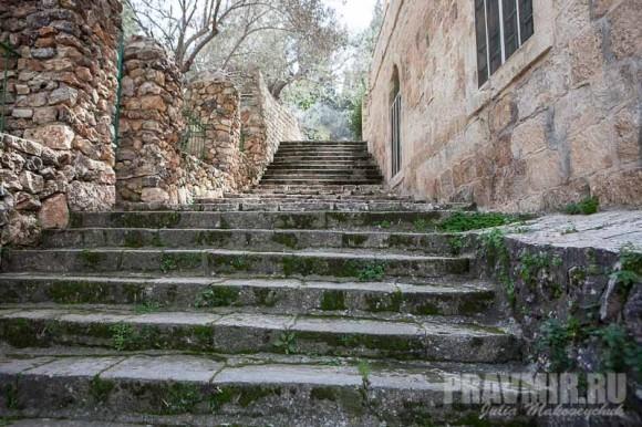 Лестница от кладбища до игуменского корпуса