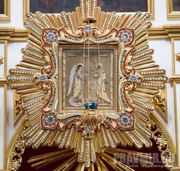 Чтимая икона Благовещения Пресвятой Богородицы висит над Царскими вратами, под образом Тайной Вечери. Иногда ее спускают вниз для поклонения