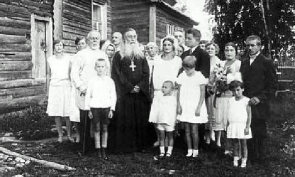 Архимандрит Сергий (Сребрянский) c прихожанами в селе Владычня, 1928 год.  pstbi.ru