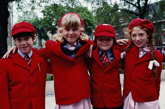 Четверо первоклашек в традиционной школьной форме Англии.