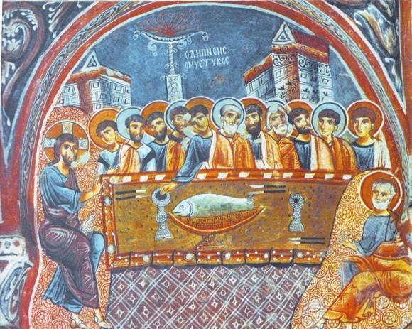 «Тайная вечеря», фреска XIII в. в пещерной церкви, Каппадокия. Тело Христово в Граале изображено в виде рыбы Изображение рыбы имеет также евхаристическое значение,[2] связанное со следующими трапезами, описанными в Евангелии:  • насыщение народа в пустыне хлебами и рыбами (Мк.6:34-44, Мк.8:1-9); • трапеза Христа и апостолов на Тивериадском озере по его Воскресении (Ин.21:9-22)  Эти сюжеты нередко изображались в катакомбах, смыкаясь с Тайной Вечерей.