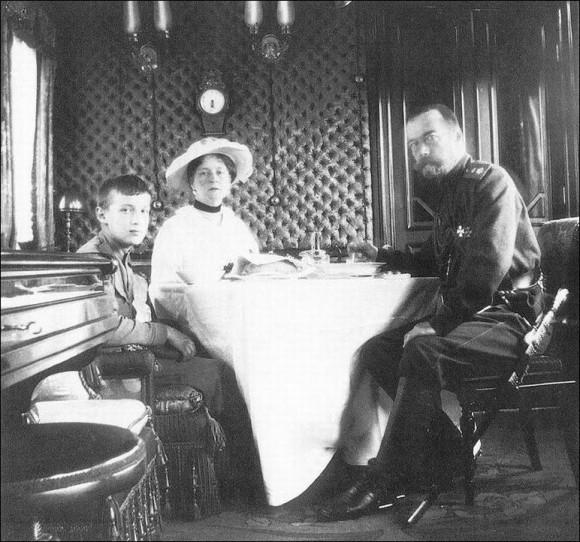 В Императорском вагоне. Николай II, императрица Александра Федоровна и цесаревич Алексей (весна 1916 года).