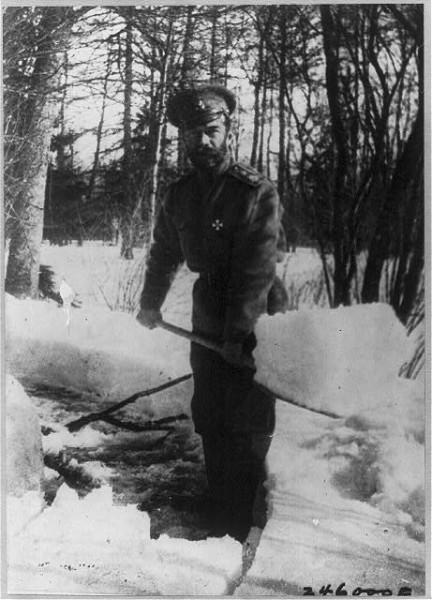 Император Николай II разгребает снег в парке Царского Села, куда он был помещен после февраля 1917 г.