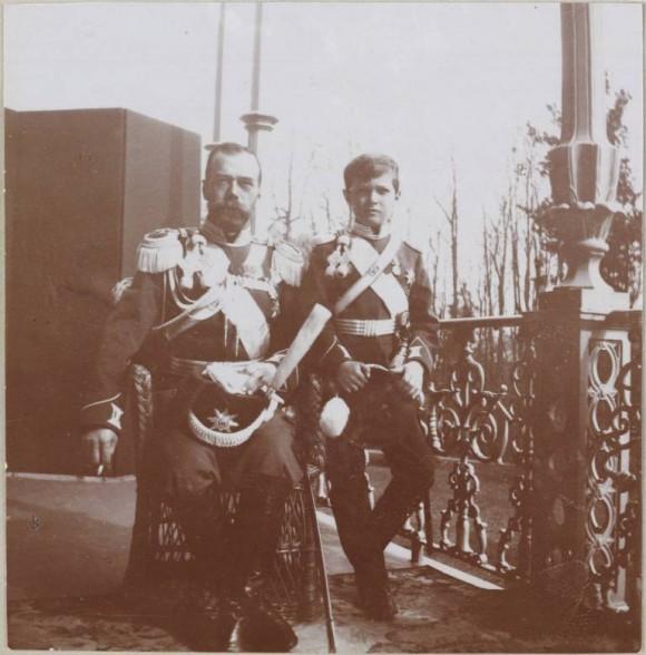 Отец и сын в форме Лейб-гвардии Казачьего Его Величества полка. Балкон Александровского дворца.