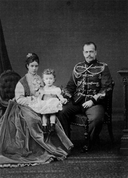 Николай с отцом, Цесаревичем Александром Александровичем, и матерью, Цесаревной Марией Феодоровной. 1870 г.