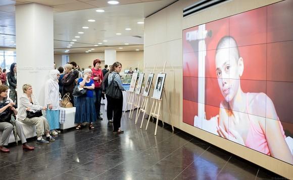 В фойе были расставлены фотографии Маржаны Садыковой, на стену проецировалась видеозапись ее обращения, записанного незадолго до смерти
