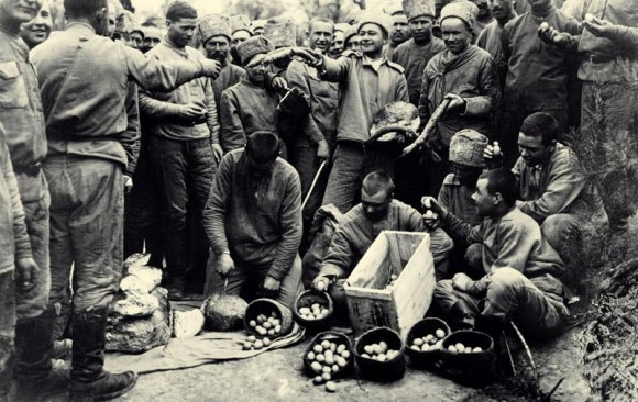 Первая мировая война. «Красная Пасха» на фронте. Раздача куличей и яиц