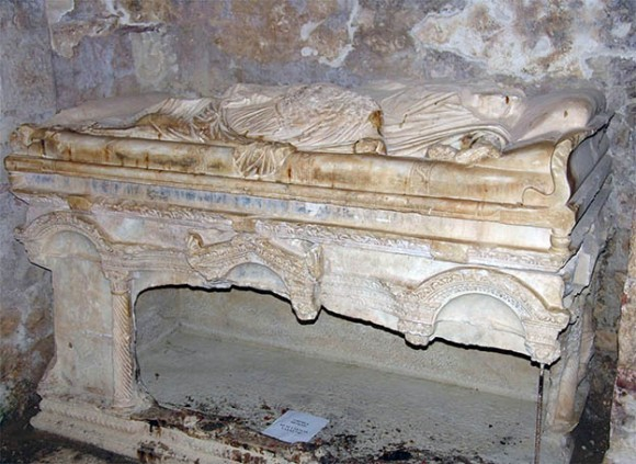 Расколотая мраморная гробница Святителя Николая в Мирах Ликийских