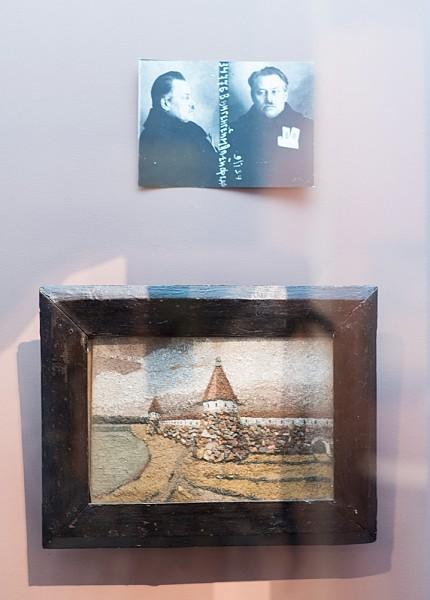 Вангенгеийм. Фото из личного дела и сделанная из природных материалов картинка с видом Соловецкого монастыря