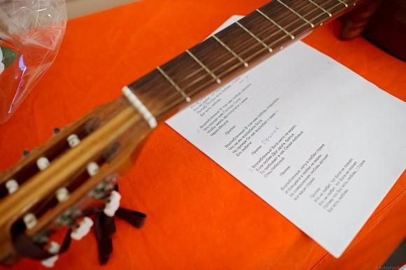 Слова песни были распечатаны на листочках – ведь не все успели повторить