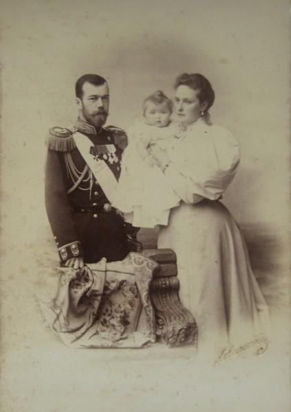 Николай II с Александрой Федоровной и дочерью Ольгой.
