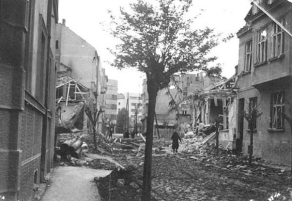 """Последствия англо-американской бомбардировки Сербии, 1944 год. Бомбили Белград, Лесковац, Подгорицу, Ниш, множество городов и сел. Белград был разгромлен англо-американской авицией 16-17 апреля, эти дни получили название """"кровавой Пасхи"""". Дни Светлого Воскресения были избраны для налета неслучайно. Только в первый день бомбежки в Белграде погибло 4 тысячи жителей."""