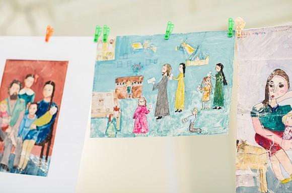 24.Зал был украшен рисунками детей