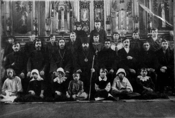 Владыка Димитрий с прихожанами, начало 30-х годов