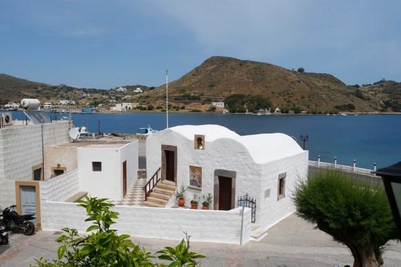 Небольшой храм-часовня в честь Иоанна Богослова стоит недалеко от порта, на месте, где апостол любви крестил первых христиан острова