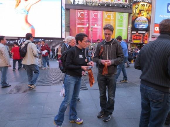 Георгиевская ленточка на улицах Нью-Йорка (5)