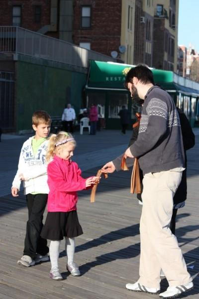 Георгиевская ленточка на улицах Нью-Йорка (21)