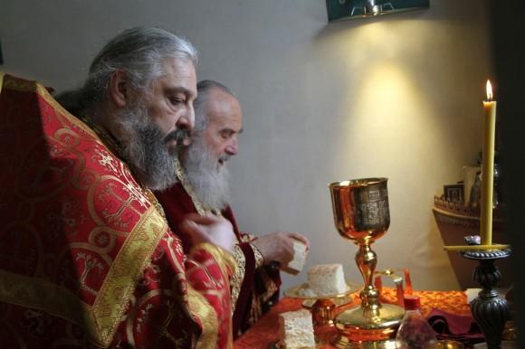 Настоятель русской церкви в Белграде – отец Виталий Тарасьев (на переднем плане), представитель третьего поколения семьи Тарасьевых, которые служат в церкви Святой Троицы.