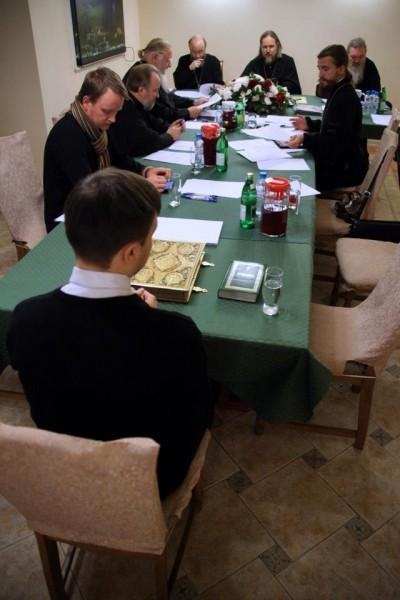 """На столе лежат богослужебные книги - Апостол, Часослов и Требник. От кандидата требуется уверенное """"владение материалом"""""""