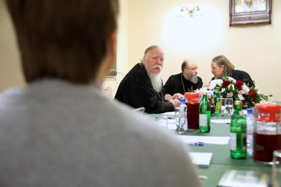 Один из опытнейших московских священников, протоиерей Димитрий Смирнов отлично знает, насколько непросто приходится сегодня священнослужителю