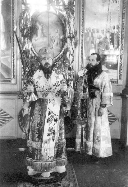 Епископ Виктор (Островидов) и иподиакон Александр (Ельчугин)