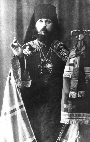 Епископ Виктор (Островидов) благословляет