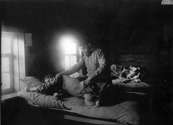 Доктор Решетилов осматривает больного сыпным тифом Кузьму Кашина в селе Накрусове. 1891-1892 гг. Негатив 18х24 см