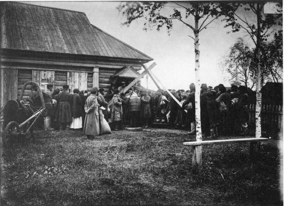 Раздача хлеба в ссуду крестьянам в городе Княгинине. 1891-1892 гг. Негатив 18х24 см
