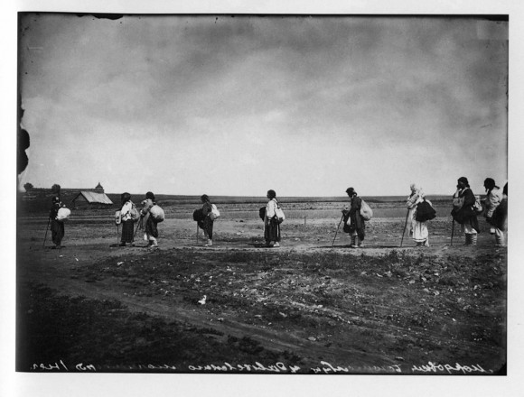 Богомолки-мордовки, направляющиеся в Серафимо-Дивеевский женский монастырь. 1904 г. Негатив 18х24 см