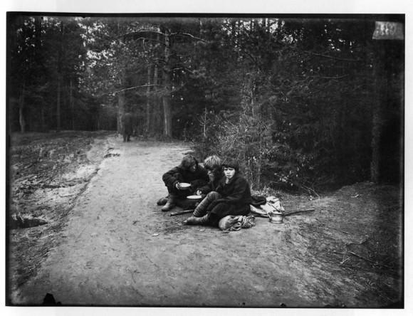 Странники на пути в Саровский мужской монастырь. Негатив 18х24 см