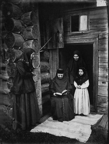 Оленевский скит. Уставщицы. 1897 г. Негатив 18х24 см