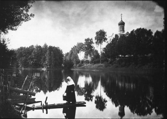Серафимо-Понетаевский женский монастырь. Вид на монастырский пруд и Больничную церковь. Негатив 18х24 см