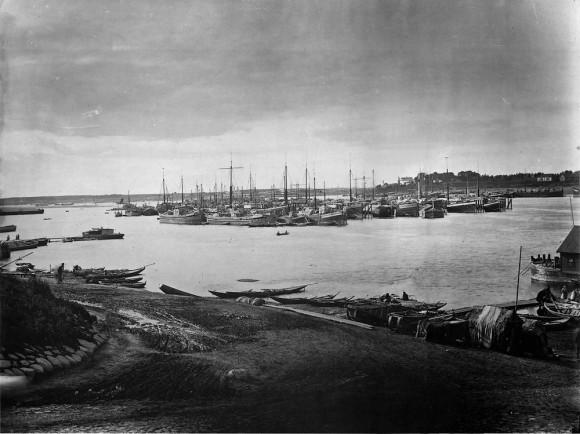 Караван судов на Волге под Ярославлем. 1894 г. Негатив 30х40 см