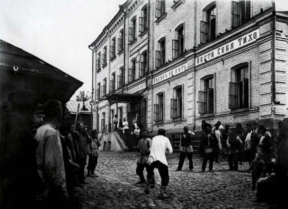 Кулачный бой перед ночлежным домом Н.А.Бугрова. Негатив 18х24 см
