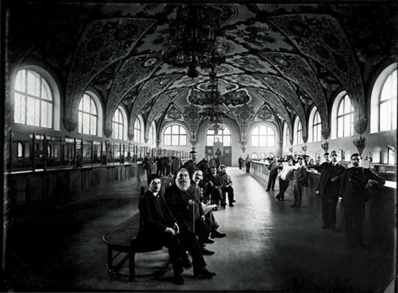 В операционном зале Государственного банка. 1913 г. Негатив 18х24 см