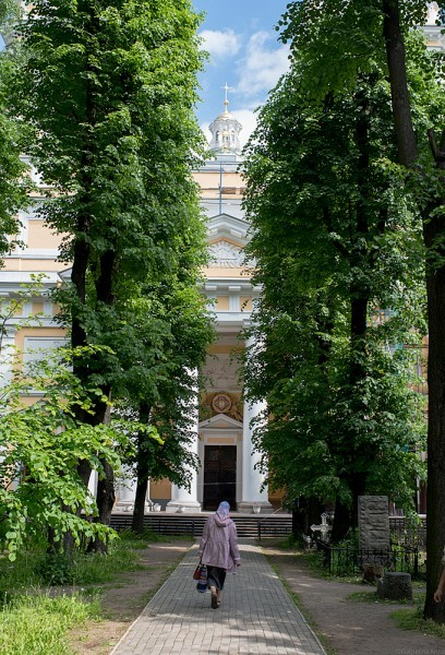 Над входом в храм – звезда Императорского Ордена святого благоверного князя Александра Невского