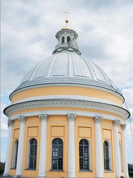 Вид главного купола собора- Мощный купол храма, поднявшийся вместе с двумя колокольнями над монументальным шестиколонным портиком, удачно завершил формирование всего ансамбля