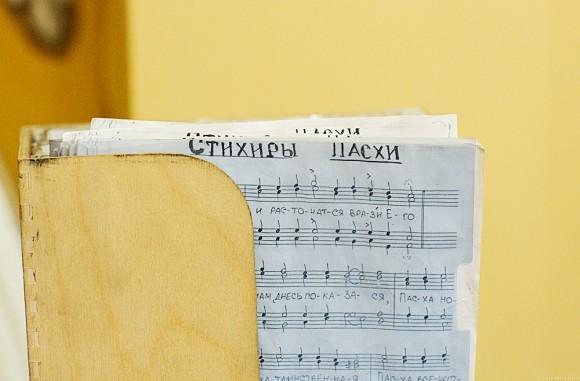 На клиросе – ноты Пасхальных стихир