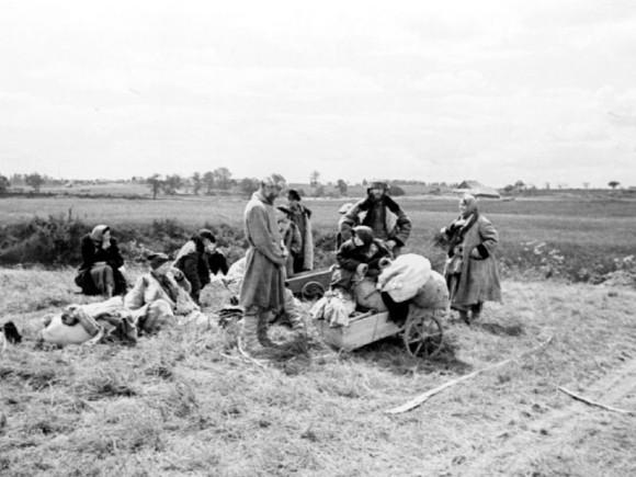 2. Беженцы в районе Пскова. Июль 1941 г.