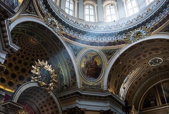 Через шестнадцать окон главного барабана, поддерживающего купол, внутрь здания льются потоки света
