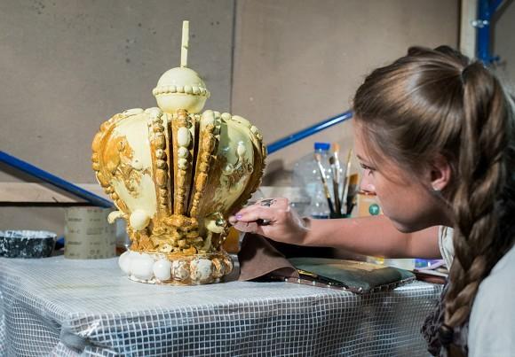 Затем их покрывают сусальным золотом – это тончайшие лепестки золотой фольги, каждый из которых реставратор должен аккуратно закрепить.