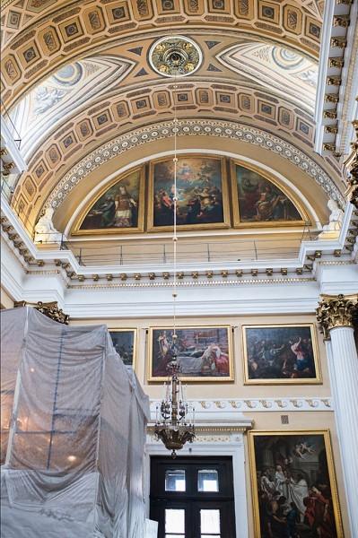 В правом приделе собора продолжается реставрация. Сень над ракой с мощами святого благоверного князя Александра Невского временно скрыта от глаз посетителей.