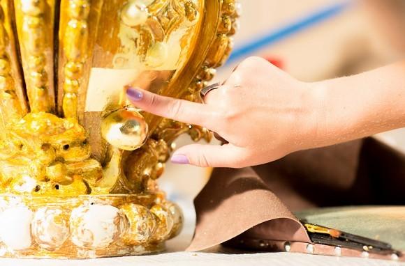 В работе – одна из «корон», венчающих сень