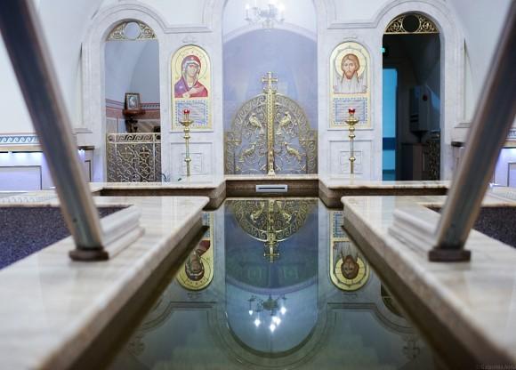 В крипте Свято-Троицкого собора расположен новый Крестильный храм.